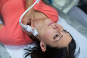 Femme subissant une échographie thyroïdienne